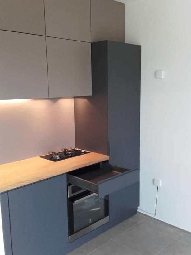 manjša moderna vgradna kuhinja