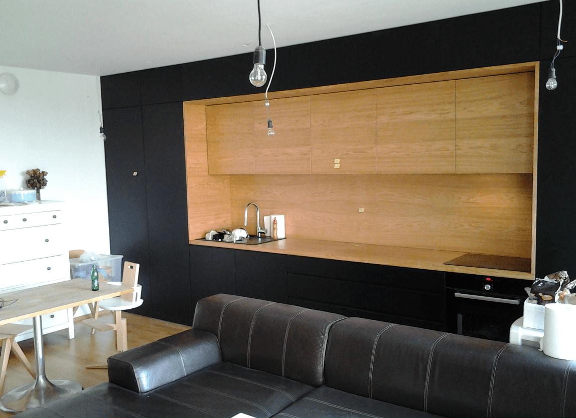 moderna kuhinja po celotni steni