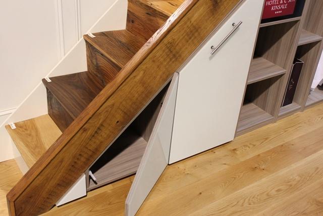 omare pod stopnicami