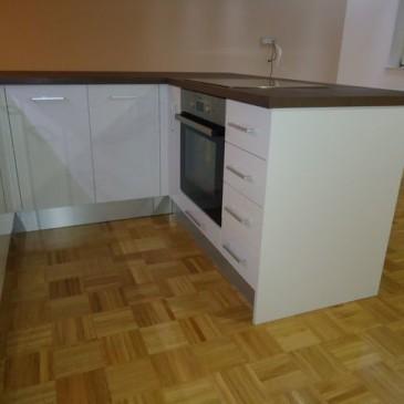 Kako izkoristiti prostor v mansardi za postavitev kuhinje