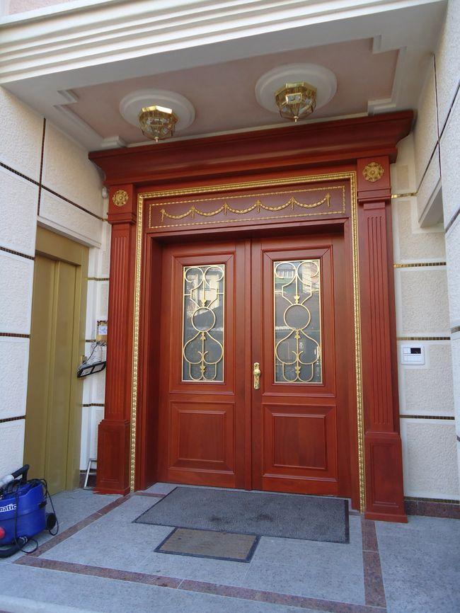 vhodna lesena vrata s stekli