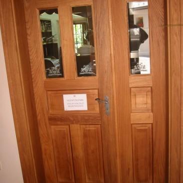 Lesena vhodna vrata v kombinaciji s steklom