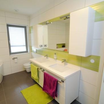 Primeri kopalnic po meri v  belo zelenem
