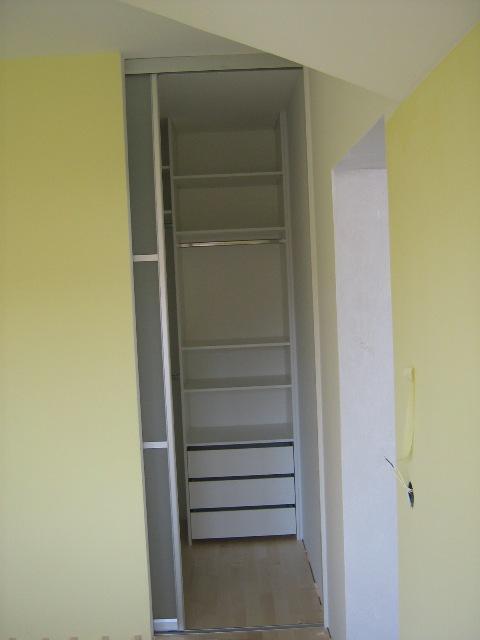 ozka garderobna soba