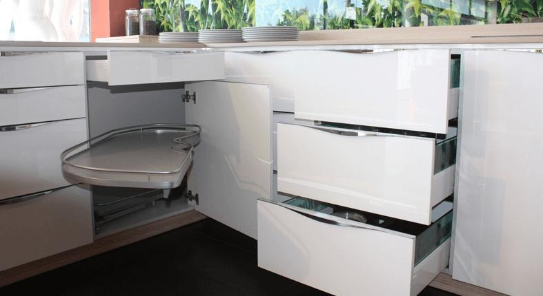 moderna bela kuhinja s predali
