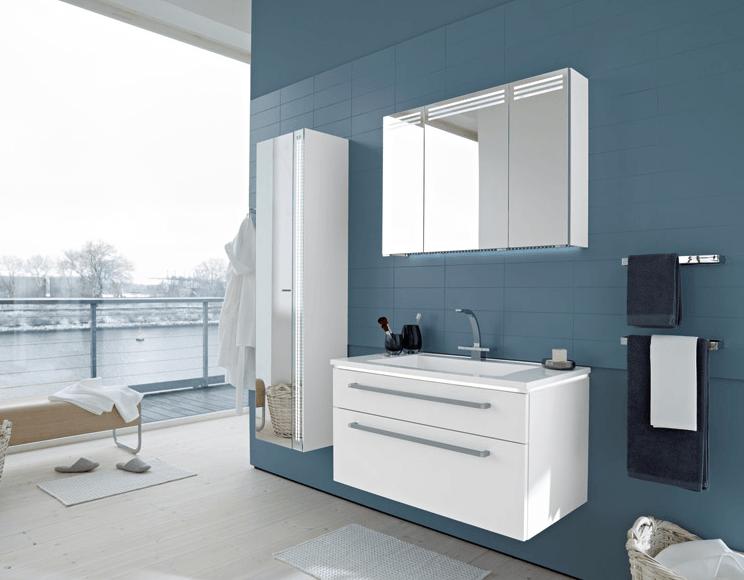 kopalniško pohištvo v kopalnici pastelnih barv