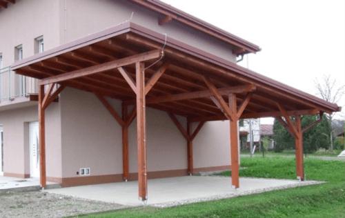 Primer prebarvanega lesenega nadstreška iz naravnega lesa