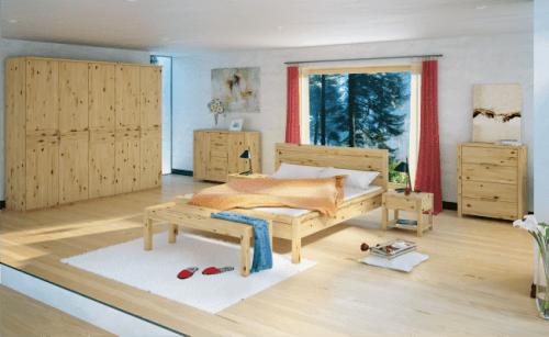masivna spalnica iz naravnega lesa