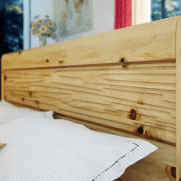 Klasična, preprosta in elegantna spalnica iz naravnega lesa