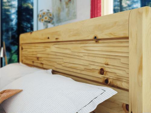 masivna postelja iz naravnega lesa
