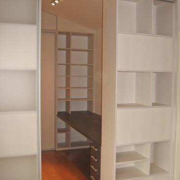 Namesto sten, lahko za prihranek prostora, uporabimo omare