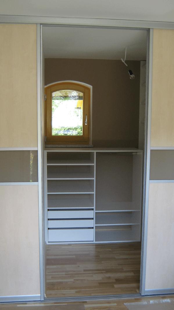 garderobna soba z oknom