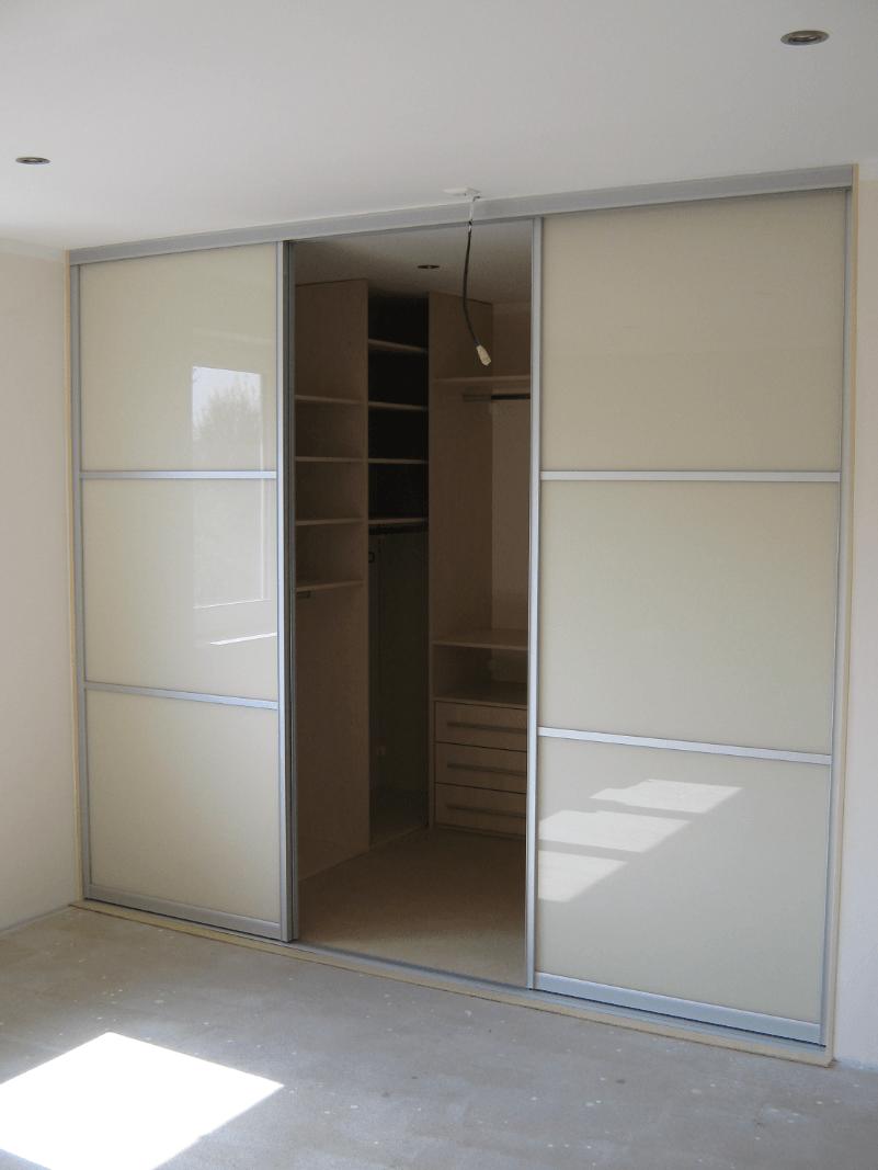garderobna soba z več omarami