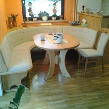 5 primerov elegantnih jedilniških kotov iz masivnega lesa