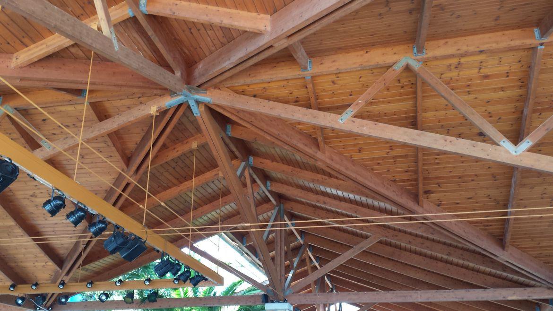 večkapni leseni nadstreški