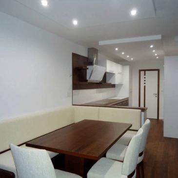Notranja oprema večih prostorov hkrati. Za istega naročnika smo izdelali kuhinjo, jedilnico in dnevno sobo.