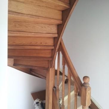Stopnice iz masivnega lesa za ozko in strmo stopnišče