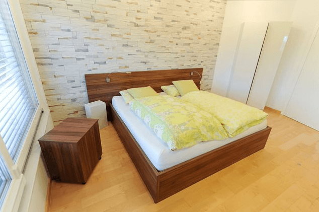 postelja v spalnici