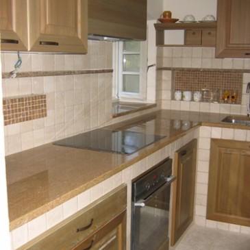 Zidane kuhinje, obdelane z masivnim lesom