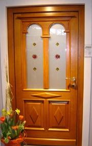 barvita lesena vhodna vrata s steklom