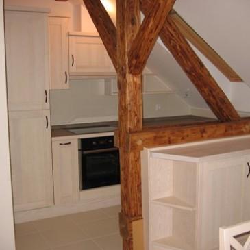 Kako smo izkoristili majhen mansardni prostor za masivno kuhinjo