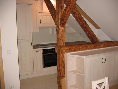 kuhinja iz masivnega lesa v mansardi