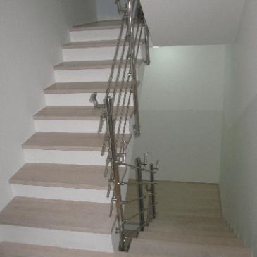 Notranje lesene stopnice na betonsko podlago