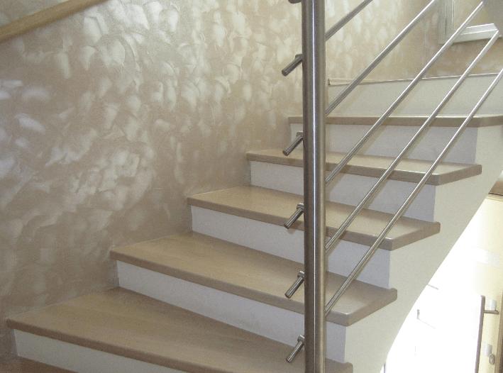 notranje lesene stopnice iz strani