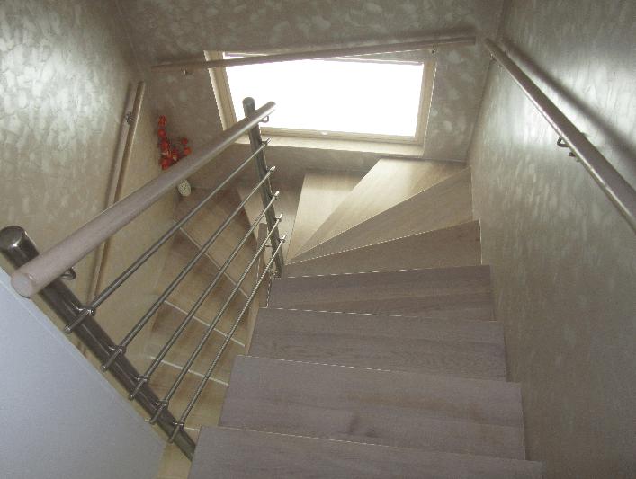 notranje lesene stopnice od zgoraj