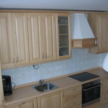 Izdelava kuhinje iz masivnega lesa v enem kuhinjskem nizu