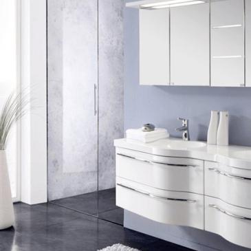 Kopalniško pohištvo v beli barvi – 5 idej za lepo in moderno kopalnico v belem
