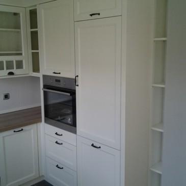 Moderna bela kuhinja iz masivnega lesa