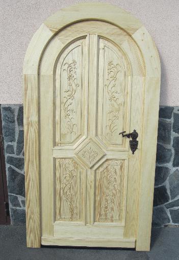polkrožna vrata za klet v naravnem lesu