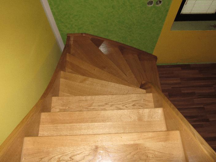 strme zavite lesene stopnice