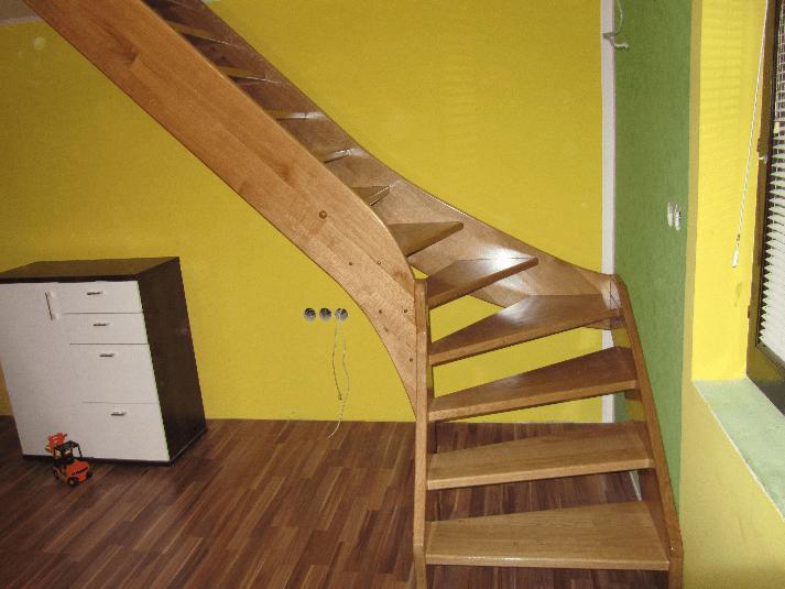 zavite samonosilne lesene stopnice