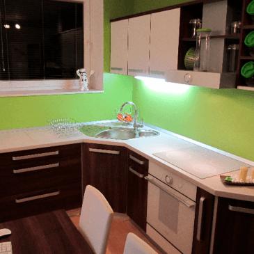 Cenovno ugodna kotna kuhinja za mansardni prostor
