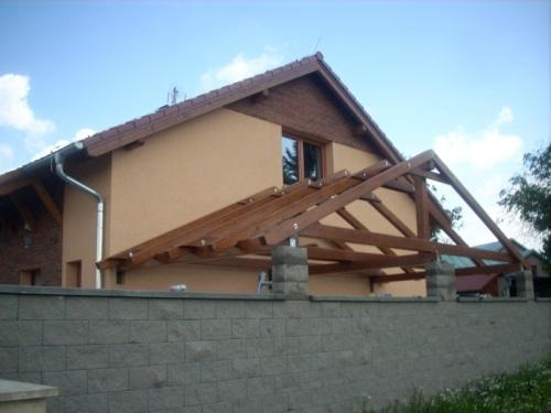 nadstrešek ob hiši