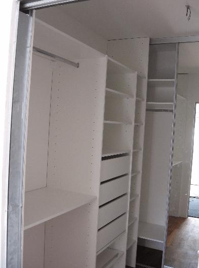 garderobni prostor s kasetnimi drsnimi vrati