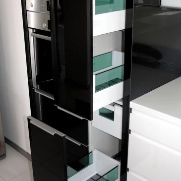 Manjša kuhinja v črno beli izvedbi