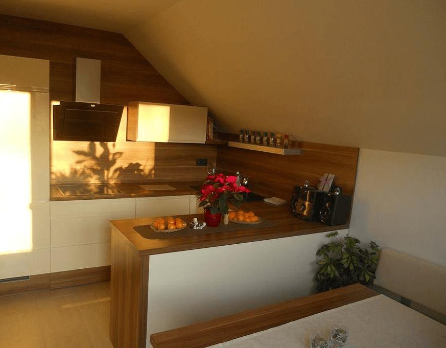 manjša kuhinja v mansardi