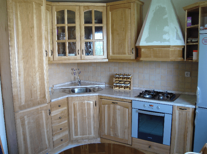 manjša kotna kuhinja masivni les