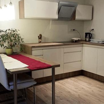 4 primeri izdelanih modernih, manjših kuhinj