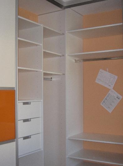 notranjost kotne omare z dimniško oviro
