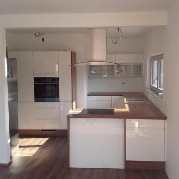 Kuhinja v obliki črke U v prostoru nepravilnih oblik
