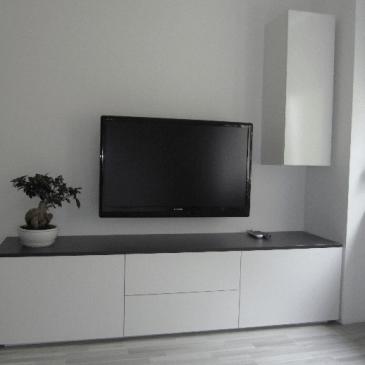 Primer po naročilu izdelanega črno belega sestava za dnevno sobo
