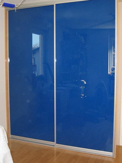 vgradna omara barvno steklo modra