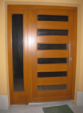 vhodna lesena vrata s steklom
