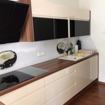 Primer opremljanja kuhinje in dnevne sobe v enakem stilu