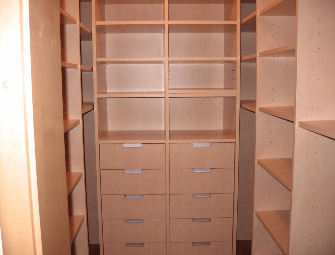 garderobni prostor predali police