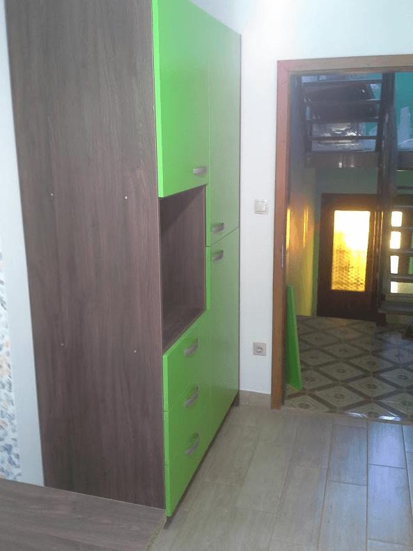 kuhinjska omara ob vhodu v kuhinjo